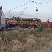 accident feroviar la fetesti doua trenuri de marfa s-au ciocnit seful de tren si mecanicul locomotivei au fost raniti usor iar circulatia intre bucuresti si constanta este deviata