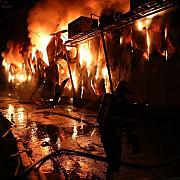 o persoana carbonizata alta ranita intr-un incendiu care a cuprins un depozit de legume si fructe din afumati ilfov