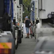 blocaj la nadlac 2 camioanele asteapta pana la cinci ore pentru a iesi din tara dupa o defectiune la sistemul informatic din ungaria