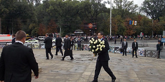 premierul ponta omagiu la statuia lui stefan cel mare de la chisinau foto