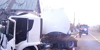 foto accident pe dn1 la comarnic o cisterna plina cu combustibil a intrat intr-un stalp electric