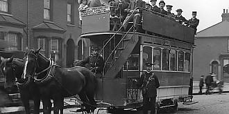 expresii romanesti de unde vine si ce inseamna aiurea-n tramvai