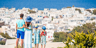 centrul european pentru controlul si prevenirea bolilor recomanda turistilor sa evite 13 insule grecesti printre care mykonos santorini si rodos din cauza numarului in crestere de cazuri noi de covid