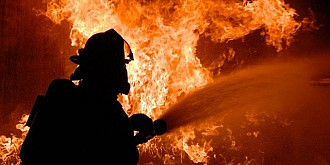 incendiu puternic in ploiesti focul a cuprins doua case iar un barbat a fost gasit decedat