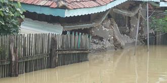 inundatii si in prahovalocuinte afectate oameni blocati de ape