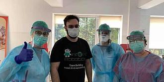 ajuta-i o echipa de elevi ploiesteni fac masti si viziere pentru personalul medical pe imprimante 3d