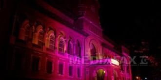 muzeul taranului roman iluminat in roz ca simbol al luptei impotriva cancerului de san