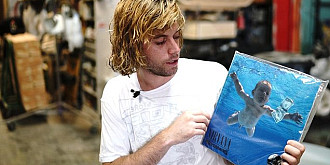 formatia nirvana a fost data in judecata de barbatul care a aparut cand era bebelus pe coperta albumului nevermind in 1991 acum in varsta de 30 de ani barbatul acuza formatia rock de pornografie infantila