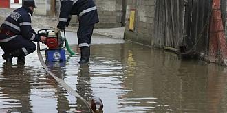 pompierii prahoveni au intervenit pentru evacuarea apei din gospodarii