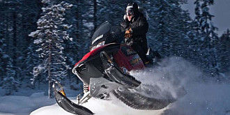 snowmobil rasturnat intr-un parau de langa partia azuga doua persoane ranite
