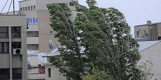 femeie ranita in centrul ploiestiului de tencuiala cazuta de la un bloc