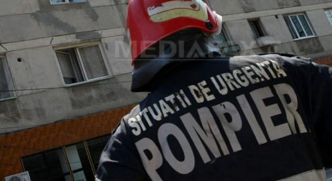 varbilau pompieri paziti de jandarmi la stingerea unui incendiu